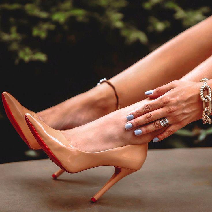 scarpin-royalz-verniz-sola-vermelha-salto-alto-fino-nude-escuro-1