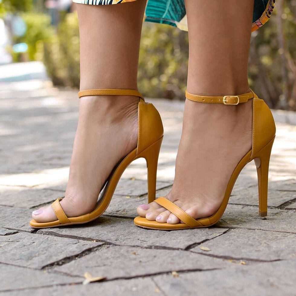sandalia-royalz-lisa-paola-salto-alto-fino-tira-amarelo-mostarda-4