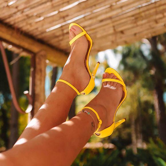 sandalia-royalz-verniz-paola-salto-alto-fino-tira-amarela-escuro-4